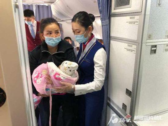 万米高空婴儿突发疾病 机组人员紧急救助转危为安