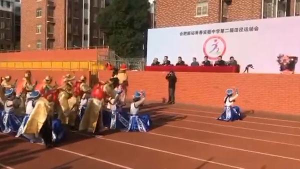 """中国学生穿古装向校领导下跪三呼""""万岁"""""""