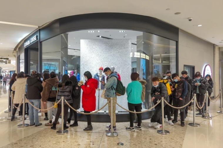 """近万元加拿大鹅羽绒服在中国卖断货,被质疑收割""""智商税"""""""