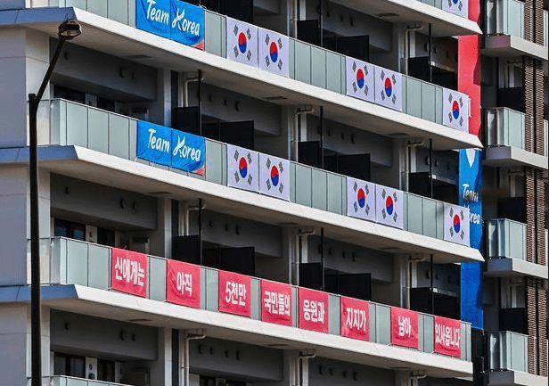 """韩国代表队在东京奥运村贴""""抗日横幅"""" 日韩网友对撕"""