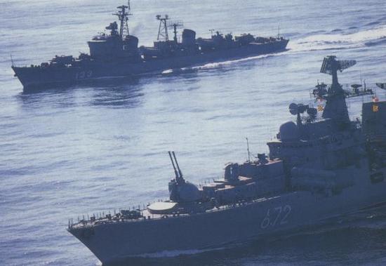 美公布中国军舰驱逐美舰实景照 高速切入逼其转弯(图)
